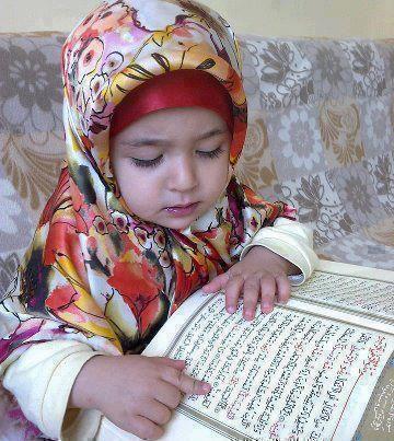 Meisje dat de Qur'aan leest